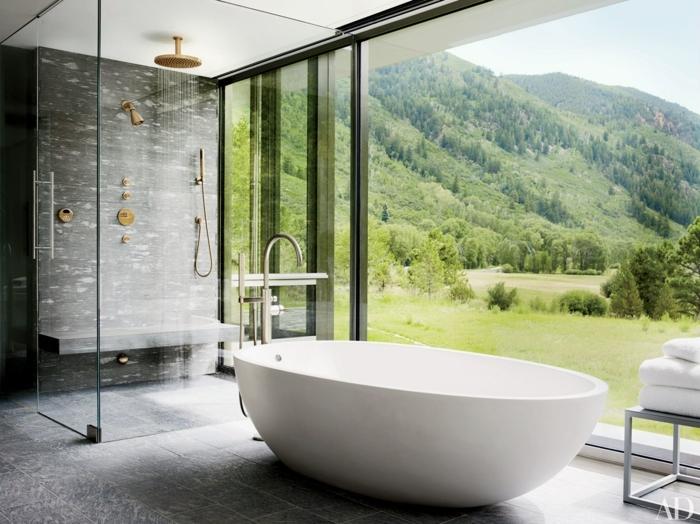 baignoire blanche, grande fenêtre panoramique, cabine de douche élégante, carrelage gris