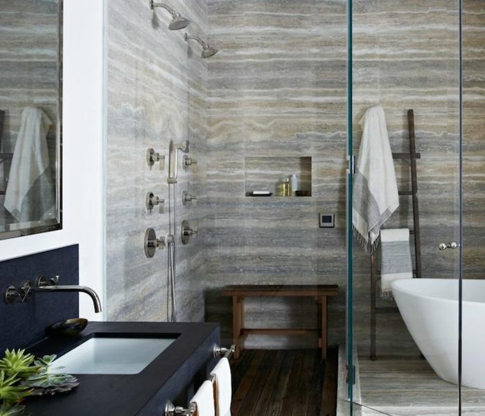 salle de bain gris et blanc, plan de vasque noir, vasque blanche, sol en planches de bois, banquette en bois, échelle en bois