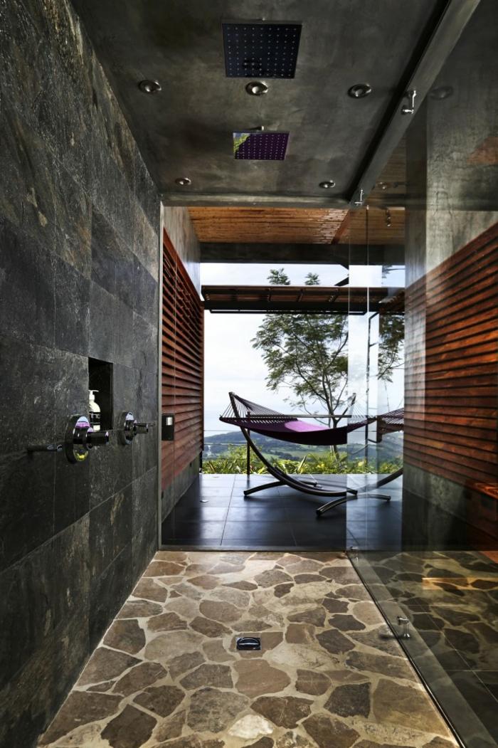 salle de bain anthracite, revêtement pierres, grands carreaux muraux, déco carreaux anthracite et bois, grand hamac, vue paradisiaque