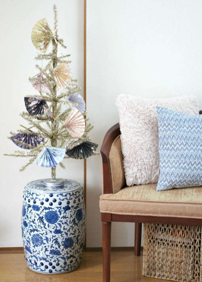 deco sapin de noel artificiel de petits éventails en papier à motifs japonais, mini-sapin décoratif déposé sur
