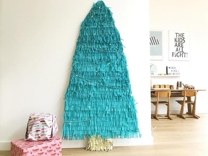 idée originale pour un sapin de noël mural pas comme les autres réalisé en papier crépon couleur bleu turquoise, sapin original écolo et gain de place