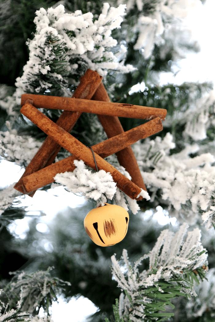 deco fait maison pour le sapin de noel, étoile en batons de cannelle sur un sapin vert et blanc, diy ornement à fabriquer, bricolage noel maternelle facile