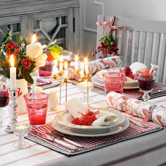 decoration lumineuse noel jolies petites bougies tasses rouges assiettes blanches sous assiettes carr s nappe ray e centre de table baies rouges