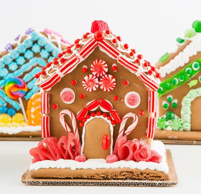 modele pour faire une maison en pain d épice avec des murs et toit en pâte et decoration de perles, bonbons et sucre d ogre rouge et blanc