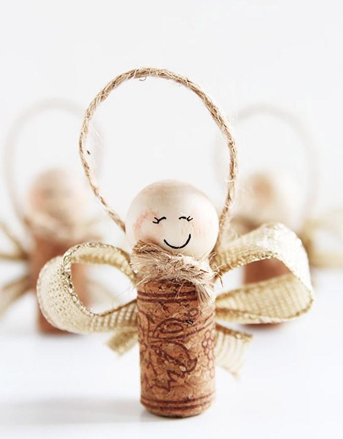 petit ange en bouchon de liège et tête en perle de bois avec décoration de ruban, ornement de noel diy à suspendre