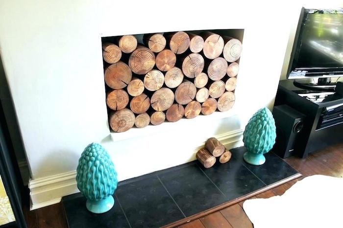fausse cheminée blanche simple avec insert carré et fausses buches en bois pour fau x