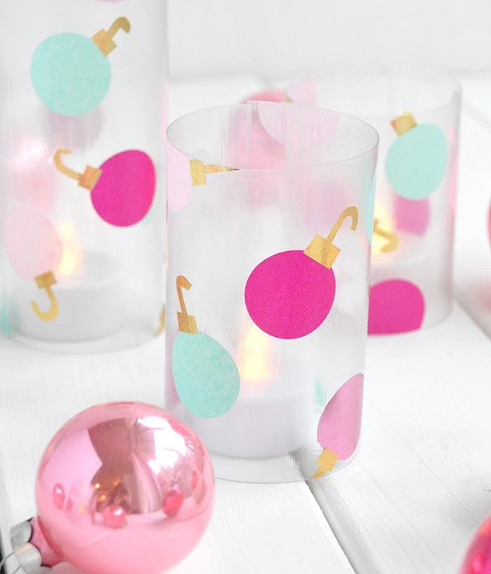 recyclage bouteille en plastique décorée de boules de noel papier collées avec bougie led à l intérieur, photophore de noel diy