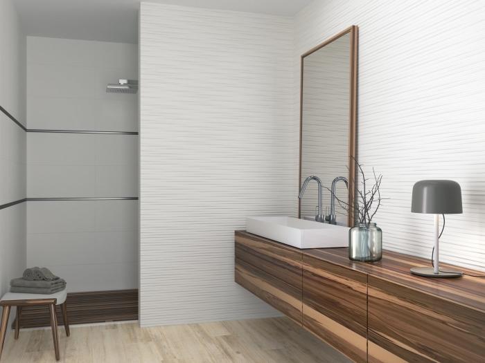 déco blanc et bois style moderne, idee salle de bain avec douche, revêtement de plancher à imitation parquet