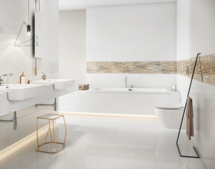 aménagement salle de bain élégante et moderne aux lignées épurées avec frise dorée, salle de bain avec baignoire