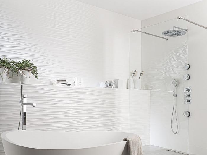 idée carrelage salle de bain à relief, quelle couleur pour une petite salle de bain avec baignoire et cabine de douche