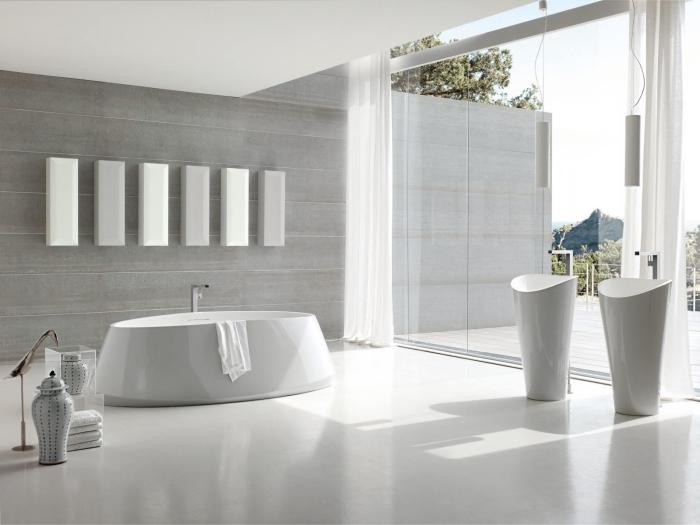 idee salle de bain spacieuse au plafond et plancher blancs avec mur en panneau gris clair et équipement en blanc
