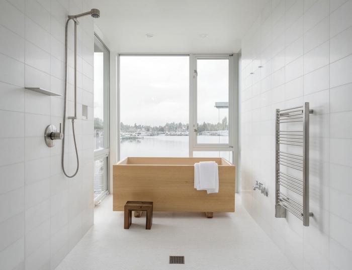 ambiance cozy dans une petite salle de bain, exemple amenagement petite salle de bain 4m2 aux murs blancs avec baignoire