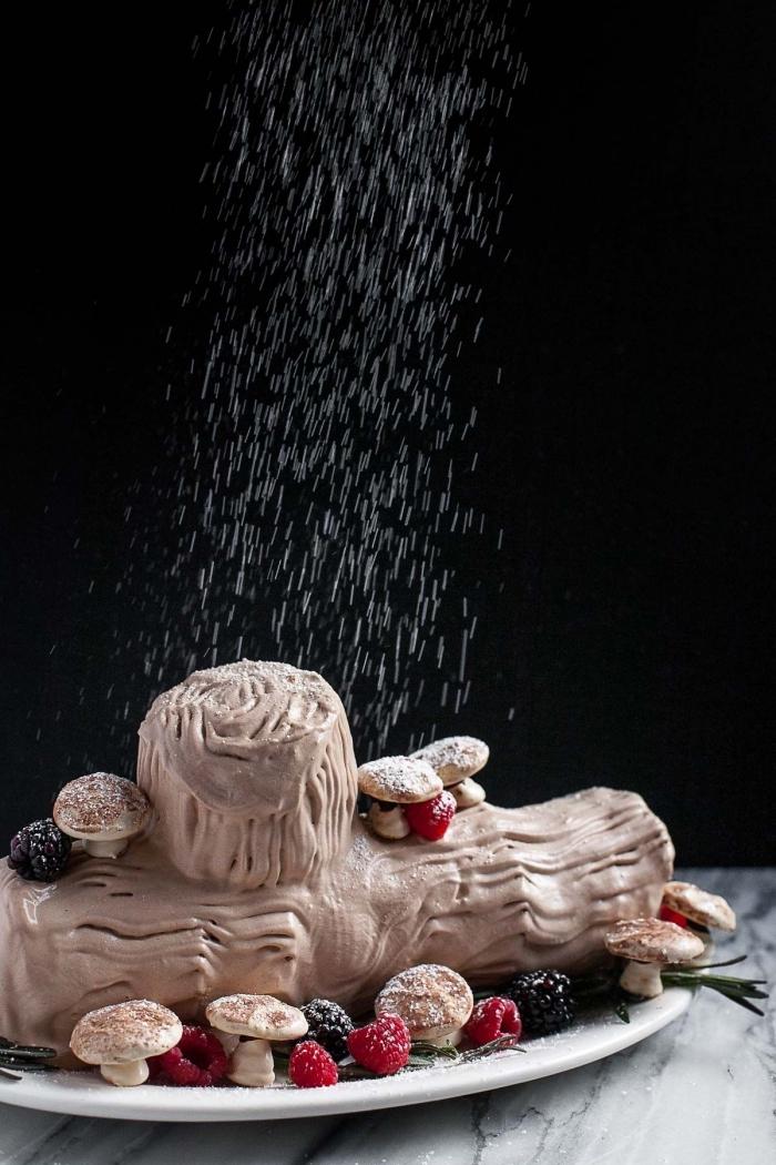 recette de buche glacée maison au mascarpone et pain d'épices sans cuisson avec une jolie décoration de champignons en meringue et effet neige en sucre poudre