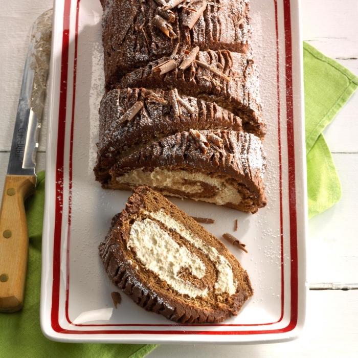 buche de noel maison facile et rapide à la crème au café mocha et au glaçage de crème beurre chocolat servie dans un plateau à bord rouge