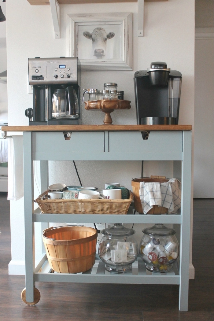 un meuble vintage récupéré en bois et vert gris transformé en une station à café mobile, un meuble rangement cuisine mobile et fonctionnel pour aménagé en coin-café