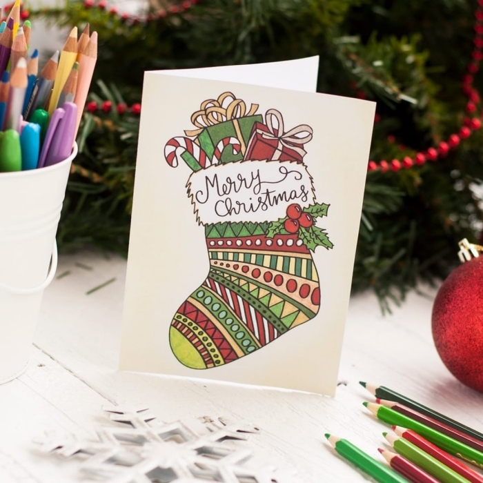 bricolage noel maternelle, technique de décoration de carte postale vierge pour Noel, dessin à colorier pour noel