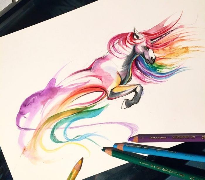 dessiner une licorne abstraite en mouvement aux couleurs de l'arc-en-ciel, avec crinière au vent, dessin de licorne aux crayons de couleur