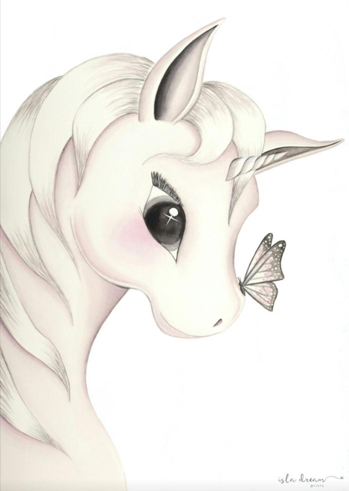 dessin licorne kawaii blanche avec petite corne torsadées et de grands yeux noirs, un papillon qui s'est posé sur le nez de la licorne