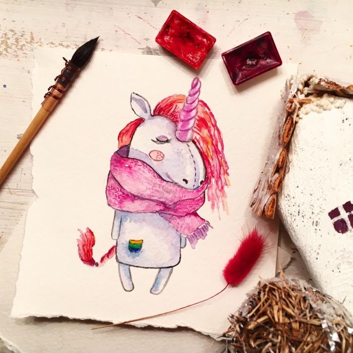dessin d'automne avec une petite licorne portant une écharpe rose autour du cou avec crinière et queue aux nuances de rouge et violet