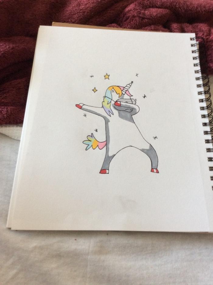 dessin un peu décalée d'une licorne debout qui fait la danse dab entourée de petites étoiles