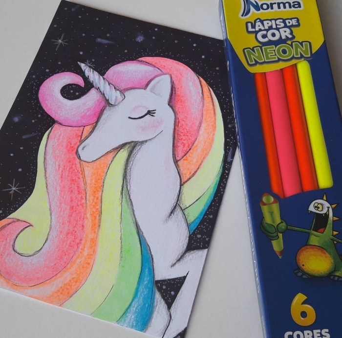 dessin de licorne avec crinière aux couleurs fluorescentes sur un fond de ciel