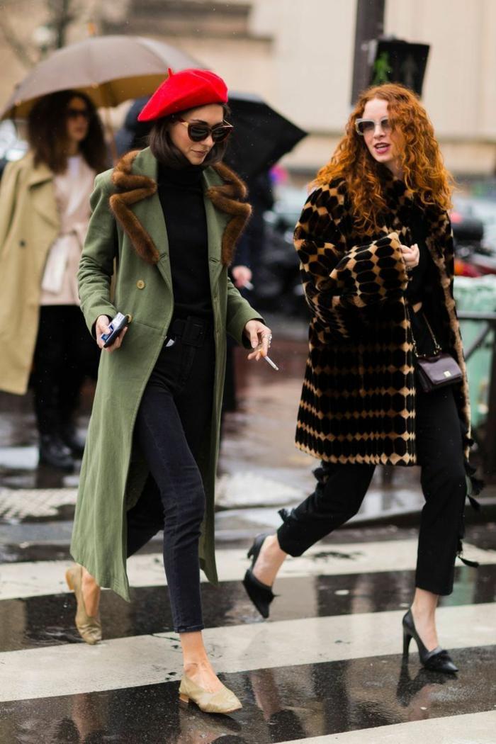 bonnet femme rouge, long manteau vert, jeans foncés, plates neutres, escarpins noirs, long manteau bicolore