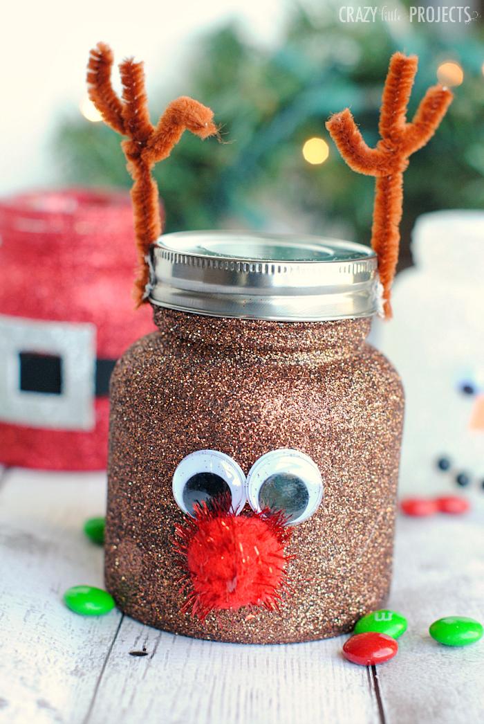 activité manuelle noel originale, pot en verre pailleté à motif rudolph le renne au nez rouge avec nez en pompon rouge des yeux mobiles et des bois en cure pipe
