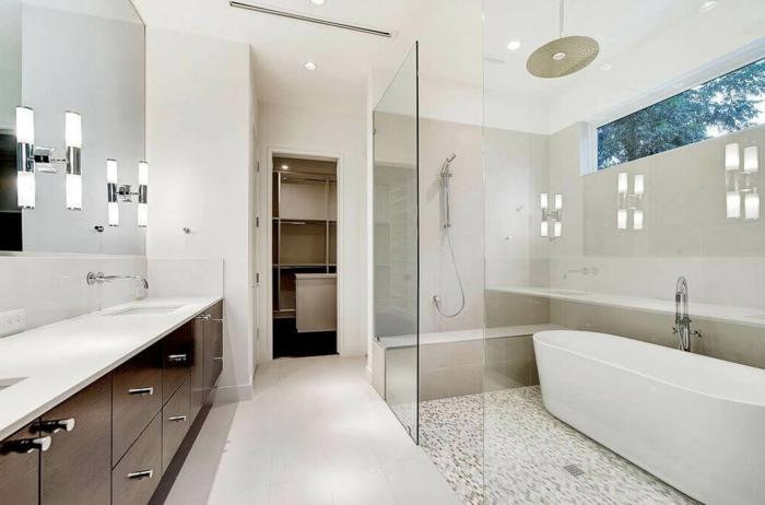 grand miroir mural avec meuble sous vasque bois, plan vasque blanc, douche et baignoire combinés, banquette de douche, sol en petites tuiles