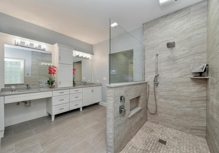 salle de bain couleur grège, grands carreaux, coiffeuses avec éclairage, meuble sous vasque, douche plan ouvert