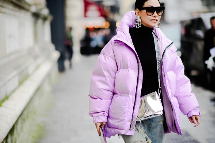 doudoune couleur lilas, jeans bleu clair, sac éclat métallisé, pull col roulant noir, boucles d'oreilles ethniques