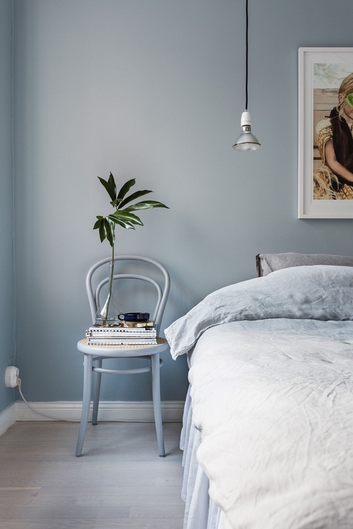 idée couleur chambre adulte de style minimaliste, décoration chambre à coucher aux murs pastel, coloris mural bleu pastel