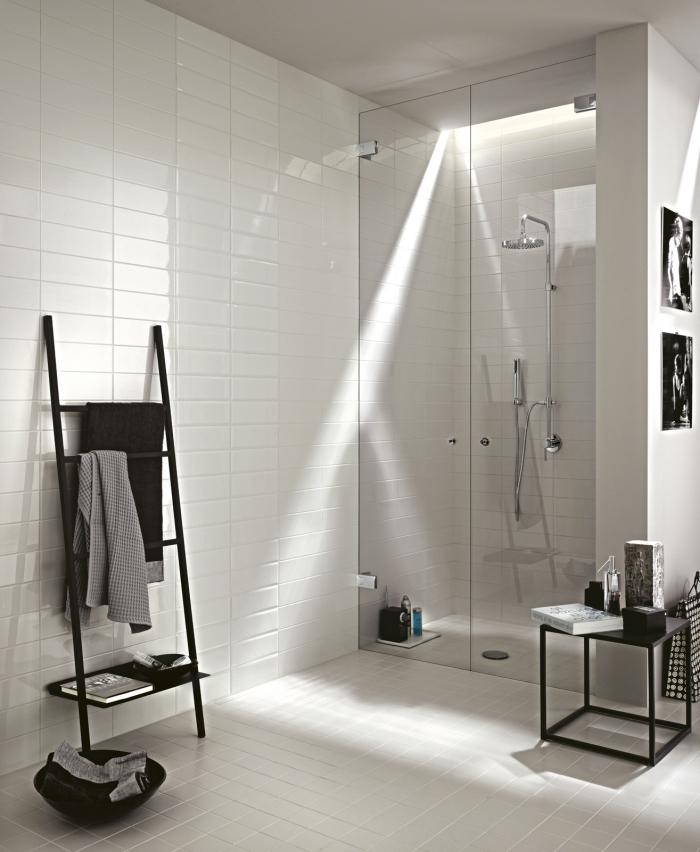 meuble salle de bain aménagée en blanc et noir, astuce rangement salle de bain avec échelle porte serviette noir mate