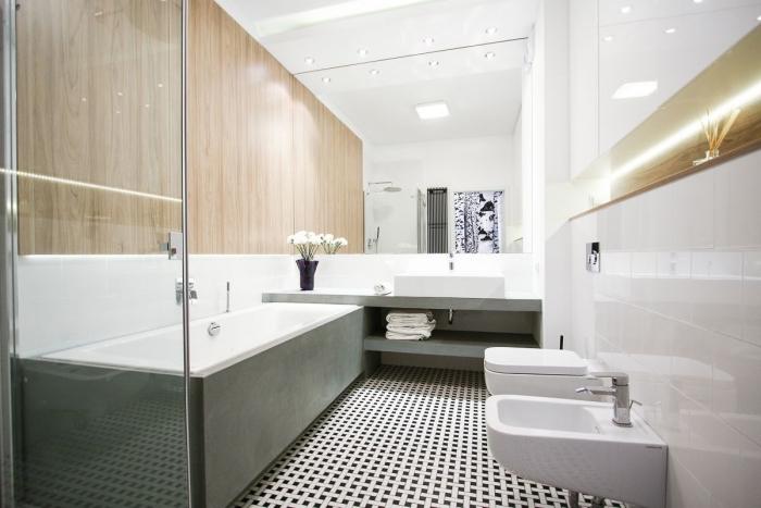 comment choisir le carrelage mural salle de bain, déco de salle de bain avec pan de mur à imitation bois, salle de bain moderne avec accents industriel