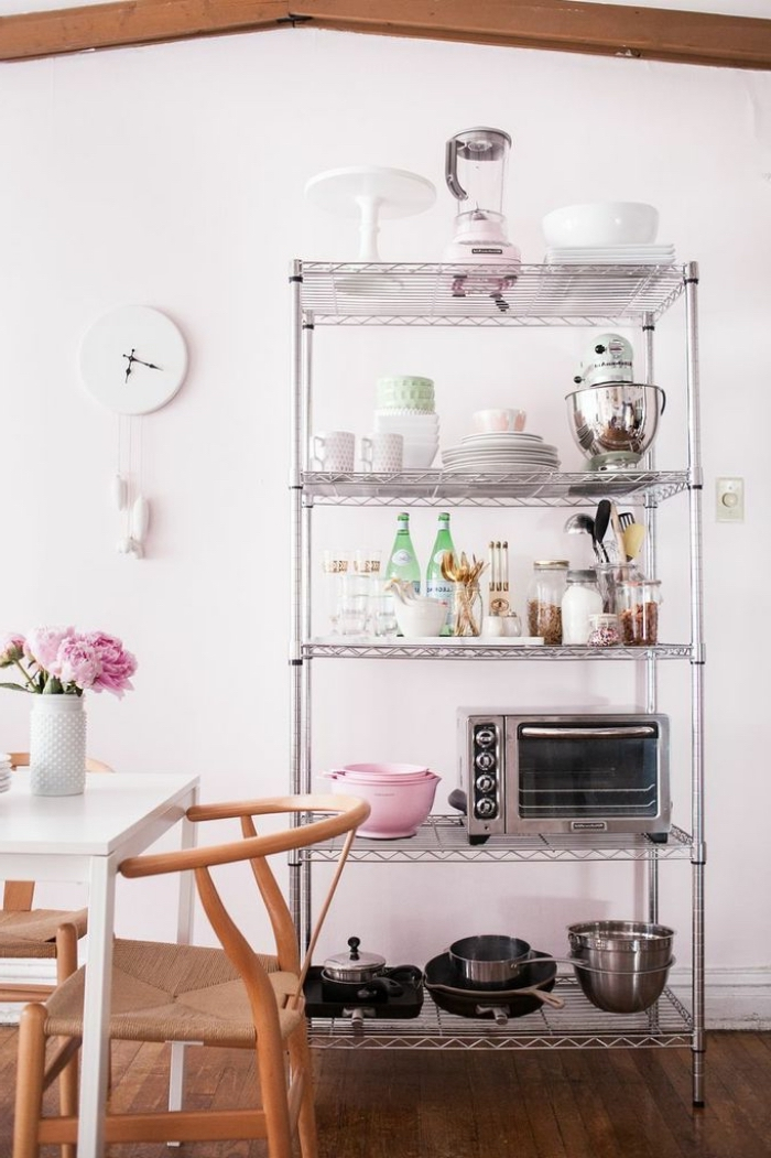 une étagère métallique à 5 tablettes de style industriel qui offre plein d'espace de stockage pour les ustensiles de cuisine et le petit électroménager de cuisine, un meuble rangement cuisine à plusieurs niveaux