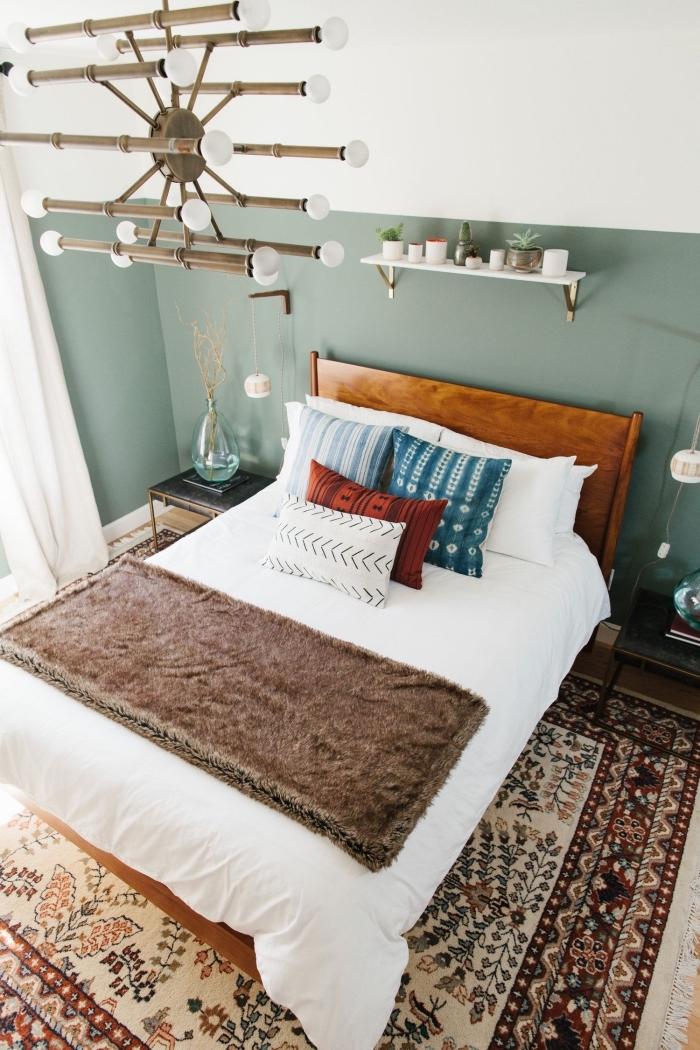 exemple de lit cocooning avec linge de lit blanc et jet en fausse fourrure marron, peinture chambre adulte 2019