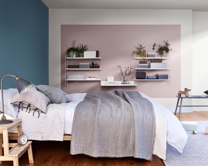 quelle couleur pour une chambre tendance 2019, aménagement chambre moderne avec meubles en bois et plancher en bois foncé
