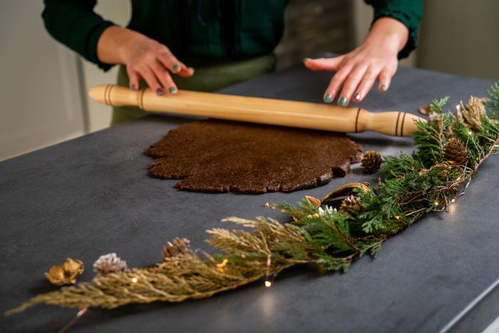 etaler la pate sablée sur une surface plate avec rouleau à patisserie, sablés de noel recette facile