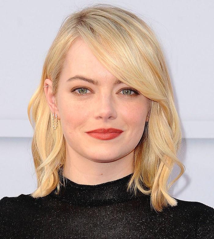 coiffure femme type carré long asymétrique ondulé et coloration blond platine