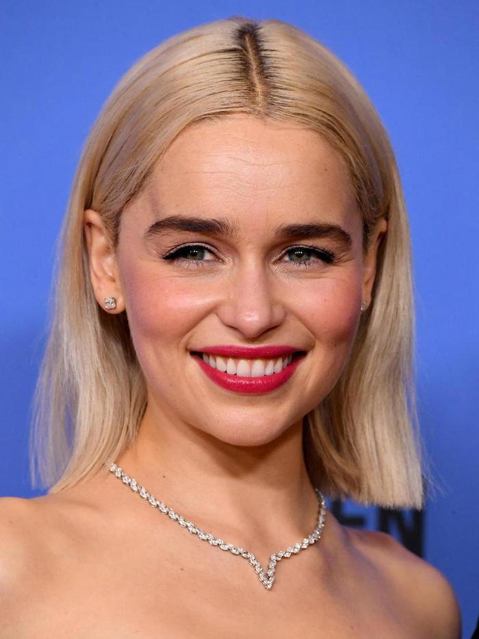 photo festival actrice game of throne emilia clarke et sa coiffure blond platine au carré long symétrique