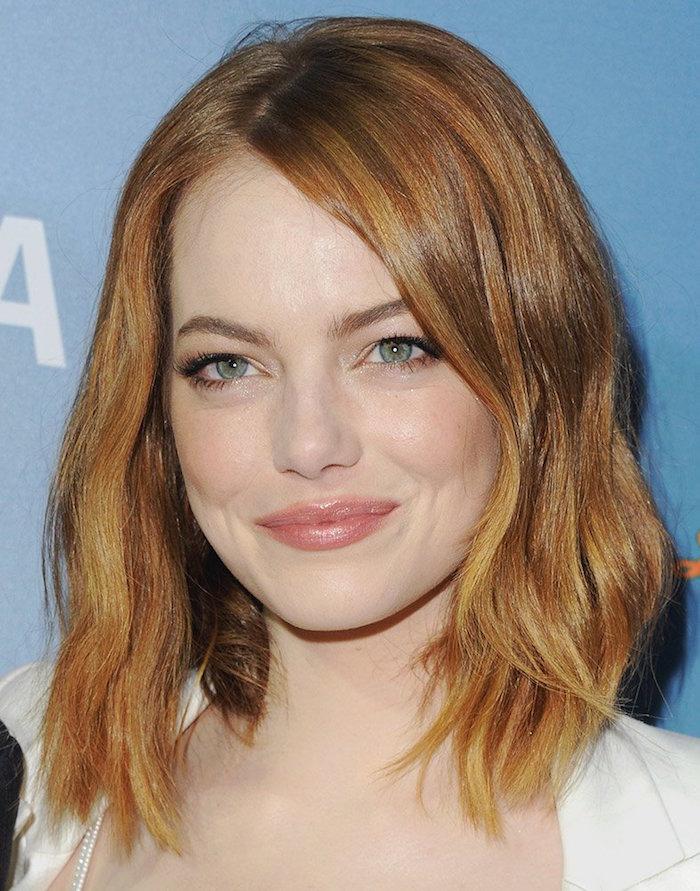 coiffure emma stone carré long ondulé dégradé avec cheveux roux chatain blond venitien