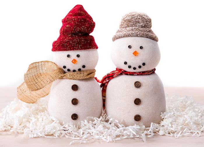 bonhomme de neige en chaussette blanche avec chapeau en chaussette, écharpe en tissu ou jute, strass et boutons pour décorer le corps, idee d activité manuelle maternelle