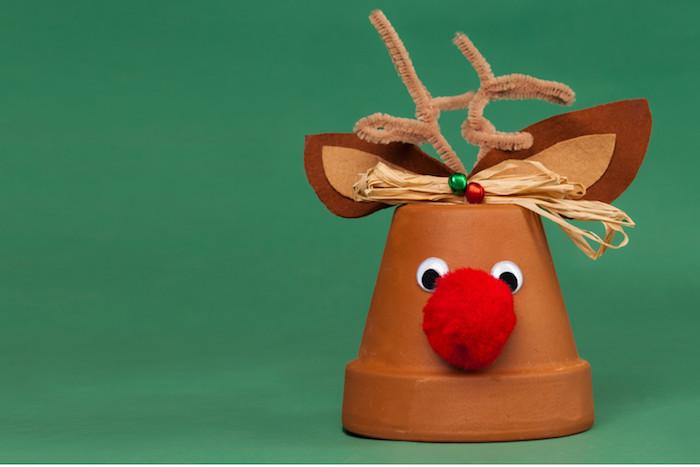 rudolphe le renne au nez rouge fabriqué dans un pot de terre cuite, des yeux mobiles, nez pompon rouge, oreilles feutrine et des bois en cure pipe