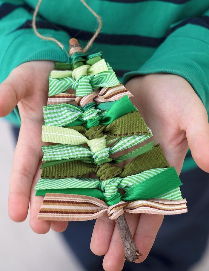 idee de branches de bois avec des rubans verts noués autour, idee de sapin de noel en bois style rustique, activité manuelle noel originale