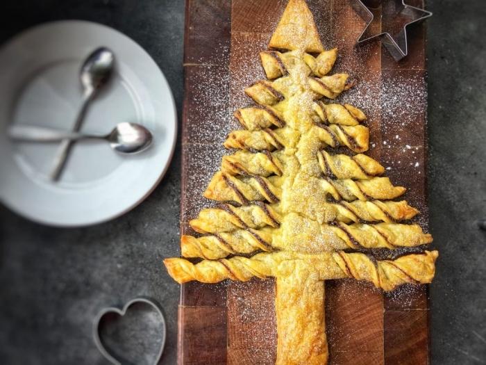 jolie décoration facile avec sucre glace, comment faire un arbre de noel en feuilleté chocolat, gâteau de noel facile et rapide