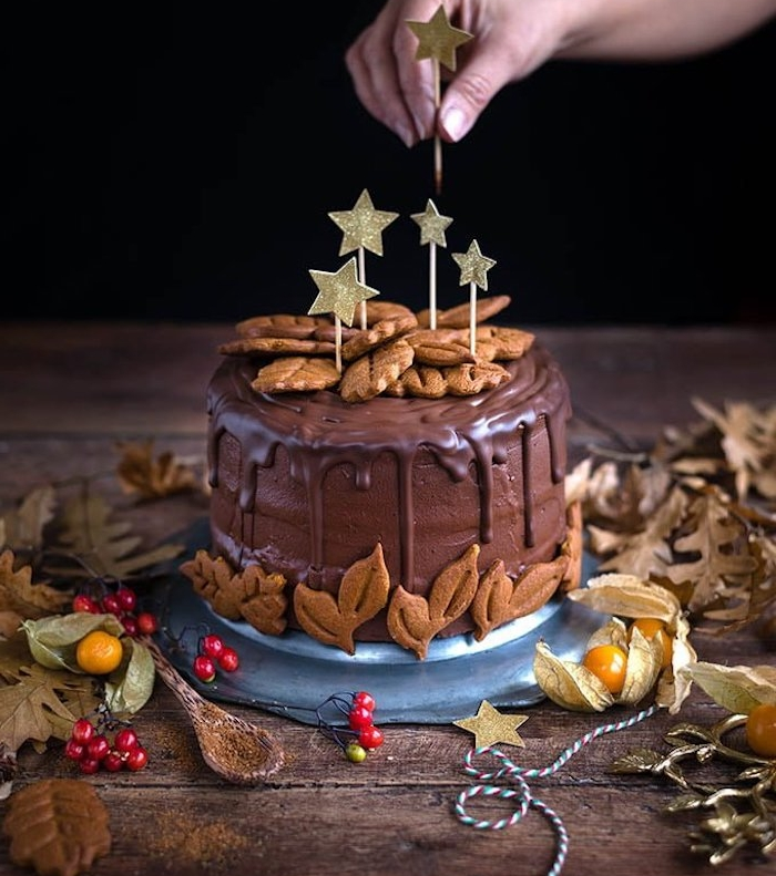 gateau de noel maison aux pain d épices et chocolat et decoration de biscuits gingembre et glaçage chocolat au lait
