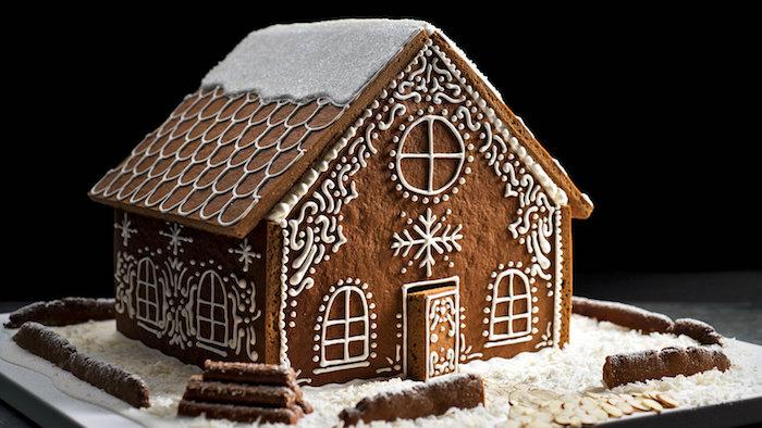 maison pain d épices traditionnelle avec des murs et toiture en pâte et ornements décoratifs au glaçage royal
