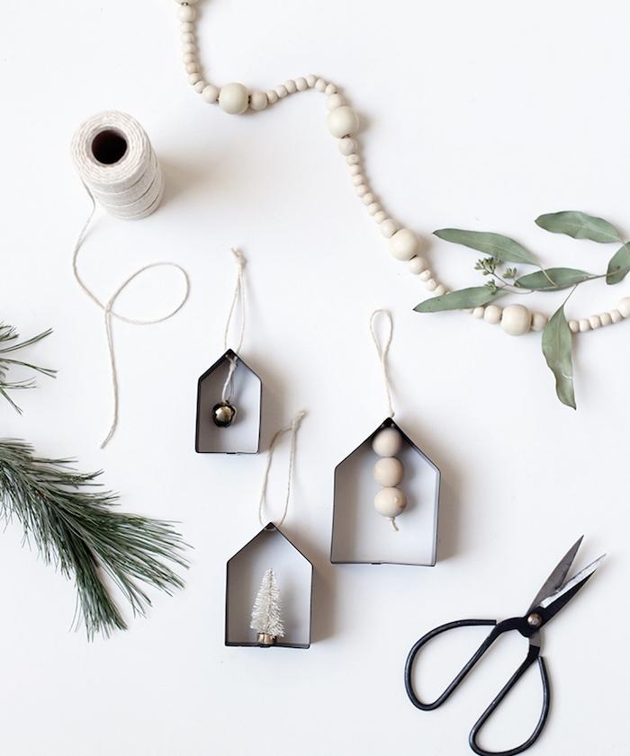 petites boites de carton avec décoration de perles bois et figurine de sapin de noel blanc, decoration pour l arbre de noel