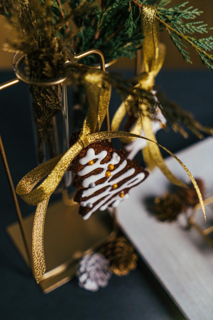 ornement pain d epice pour decorer le sapin de noel, idee decoration de noel a fabriquer comestible