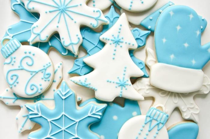 art culinaire facile pour noel, comment décorer bredele alsacien au glaçage bleu et blanc aux motifs sapin et flocons de noel