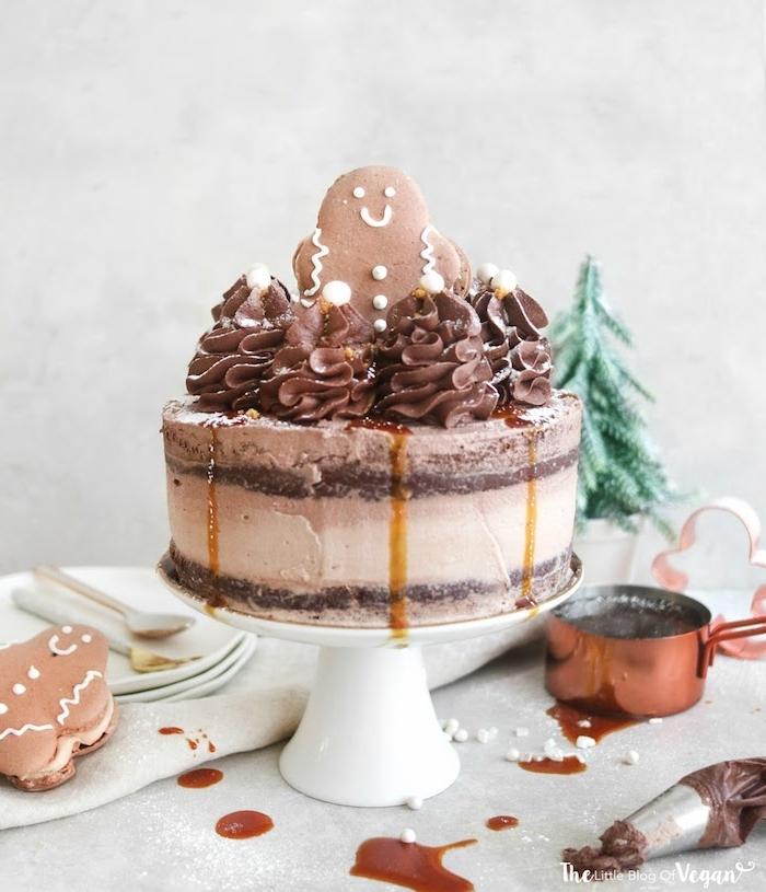 gateau chocolat et pain d épices aux caramel et petits sapins en crème avec decoration figurine biscuit bonhomme pain epice